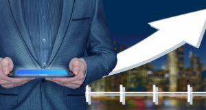 biznesmen analizujący dane na tablecie