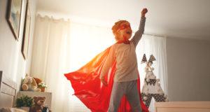 dziecko w pelerynie super bohatera