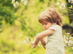dziecko drapiące się po ręce po ukąszeniu owada