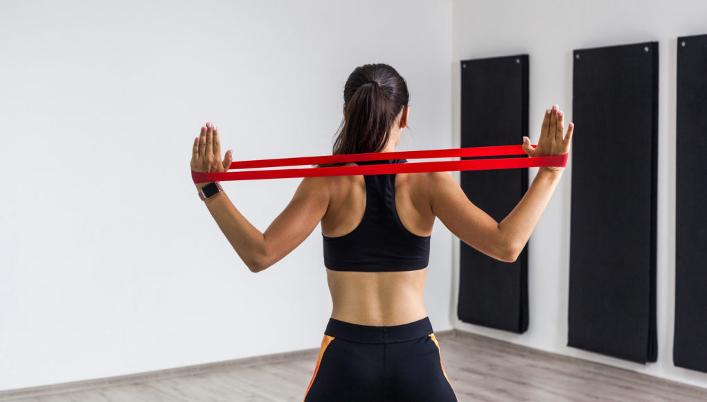 kobieta ćwicząca z gumą