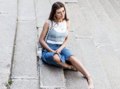 kobieta w stylizacji ze spódnicą jeansową