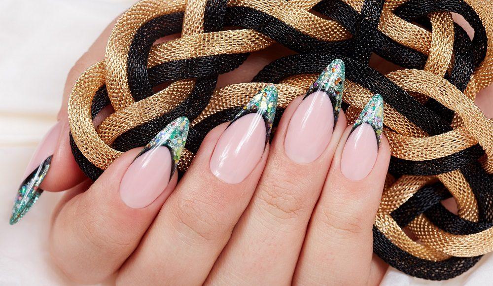 wyjątkowy manicure z ozdobami na zaostrzonych końcach