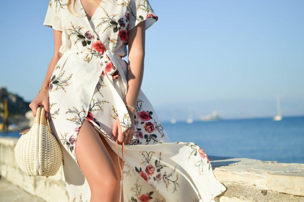 zbliżenie na kobietę w białej sukience w kwiaty