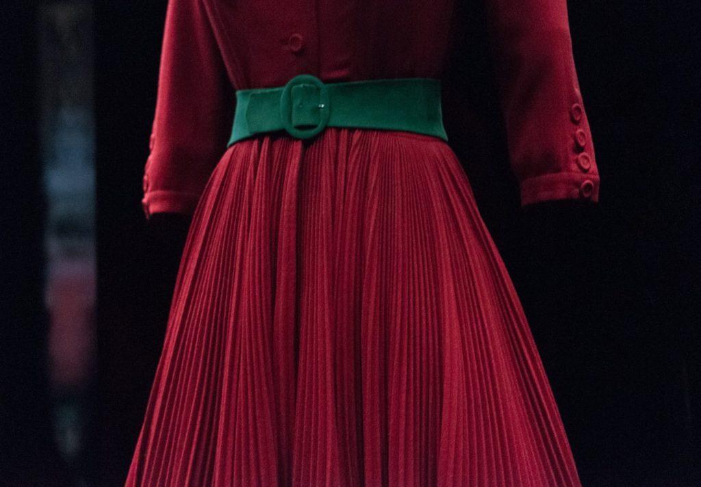 zbliżenie na czerwoną sukienkę z zielonym paskiem