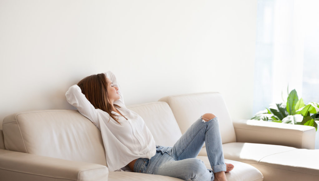 kobieta odpoczywająca na kanapie