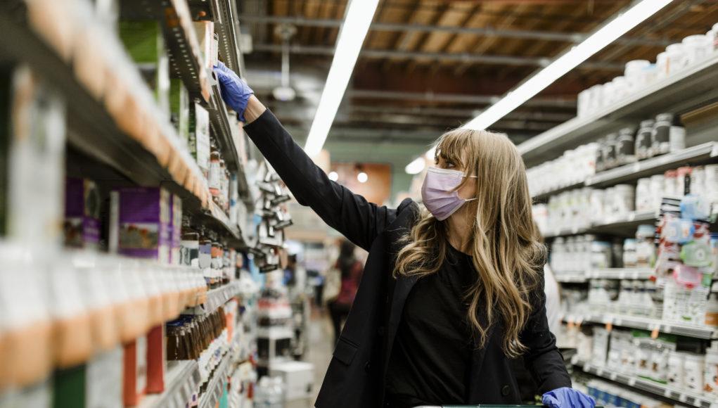 kobieta robiąca zakupy w supermarkecie