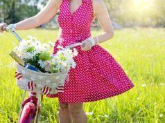 kobieta w czerwonej rozkloszowanej sukience w grochy