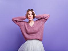 kobieta w oversize'ovym różowym swetrze