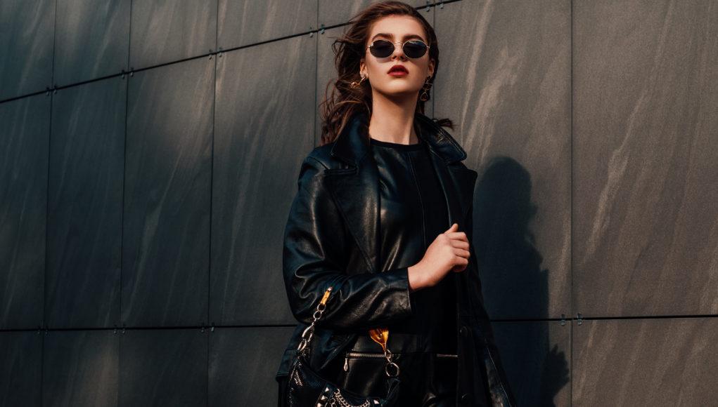 kobieta w skórzanej czarnej kurtce