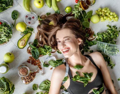 kobieta warzywa zielone witaminy