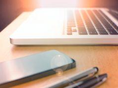 laptop smartfon długopisy