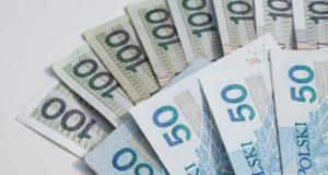 pieniądze banknoty 50 zł i 100 zł