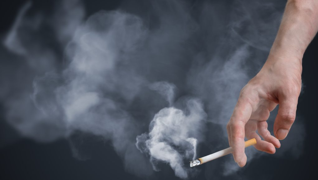 zbliżenie na dłoń trzymającą papierosa