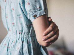 zbliżenie na kobietę w niebieskiej sukience