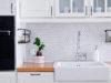 biała mozaika jodełka na ścianie w klasycznej kuchni