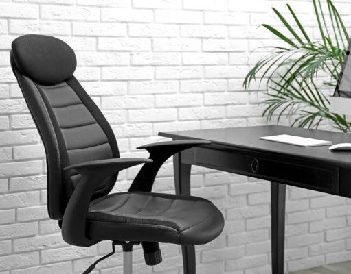 czarny elegancki fotel biurowy przy biurku