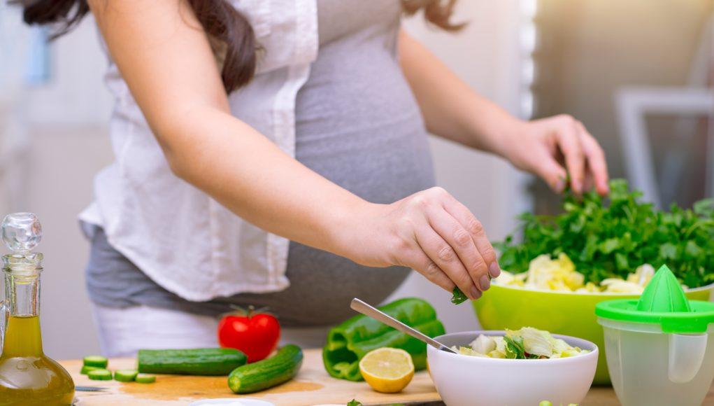 kobieta w ciązy przygotowująca zdrowy posiłek
