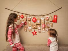 dwie dziewczynki przy kalendarzu adwentowym