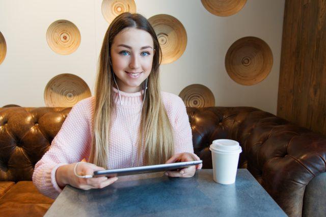 dziewczyna z tabletem w kawiarni