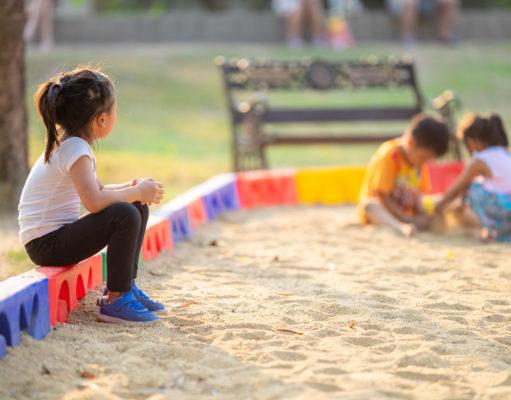 samotna nieśmiałą dziewczynka w piaskownicy