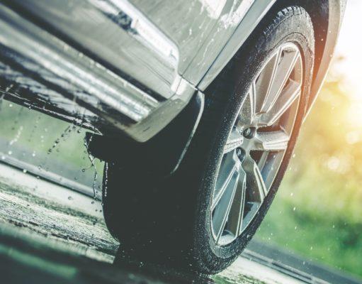 koło samochodu w deszczu