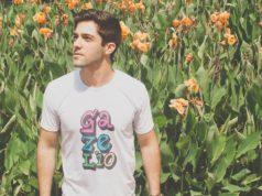 mężczyzna w kolorowej koszulce