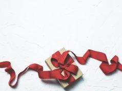 prezent z czerwoną kokardą na walentynki
