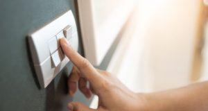 przełącznik prądu na ścianie
