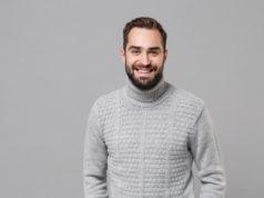 mężczyzna w szarym swetrze