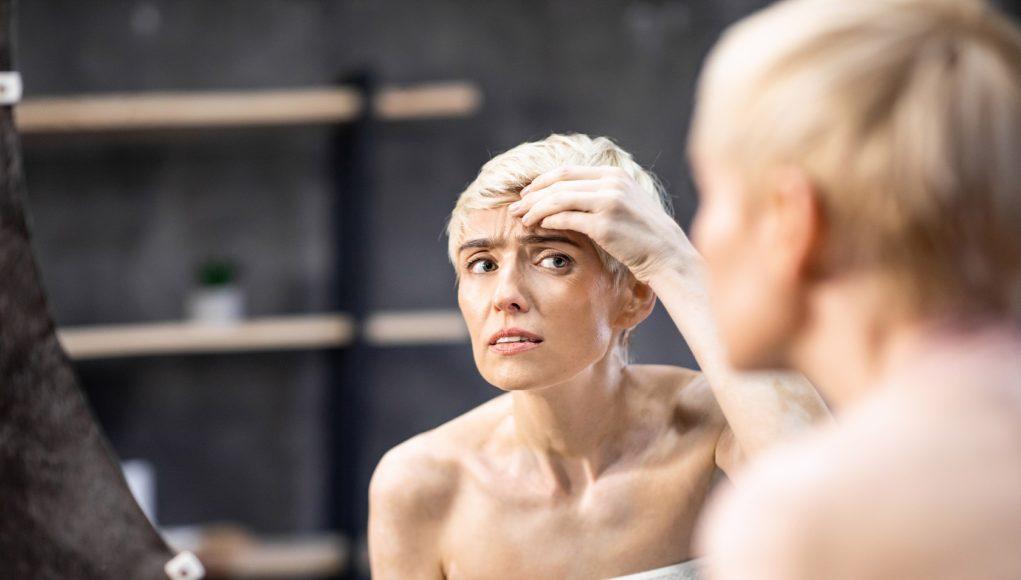 kobieta oglądająca własne zmarszczki
