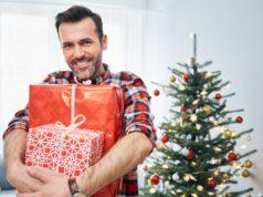 uśmiechnięty mężczyzna z prezentami