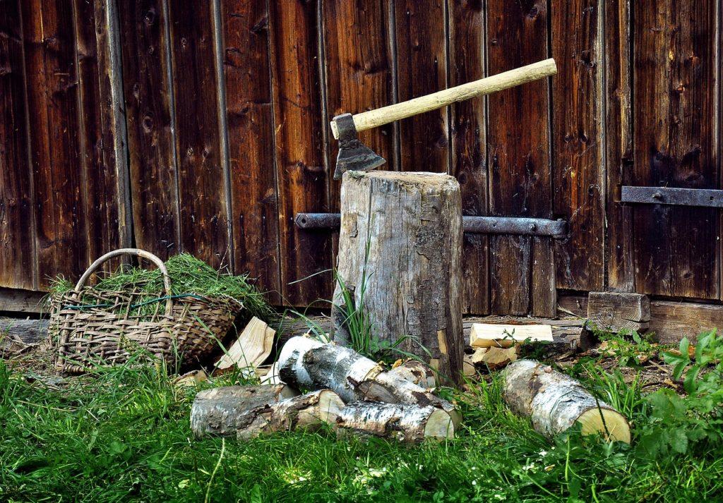 siekiera pień drewno na opał