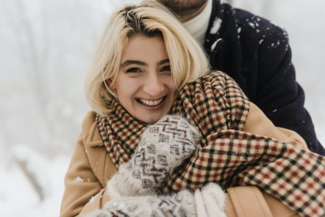 kobieta w szaliku w kratę
