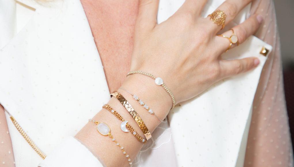złote bransoletki na damskiej ręce