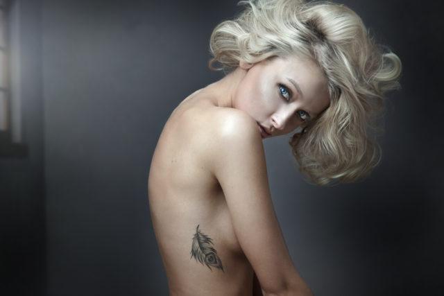 blondynka z tatuażem na żebrach