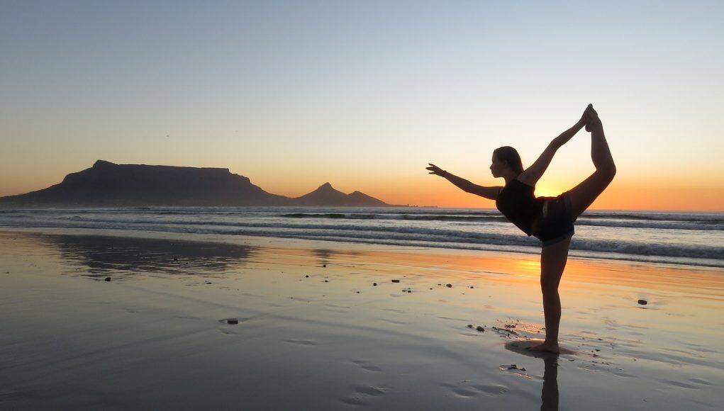 kobieta ćwicząca nad morzem