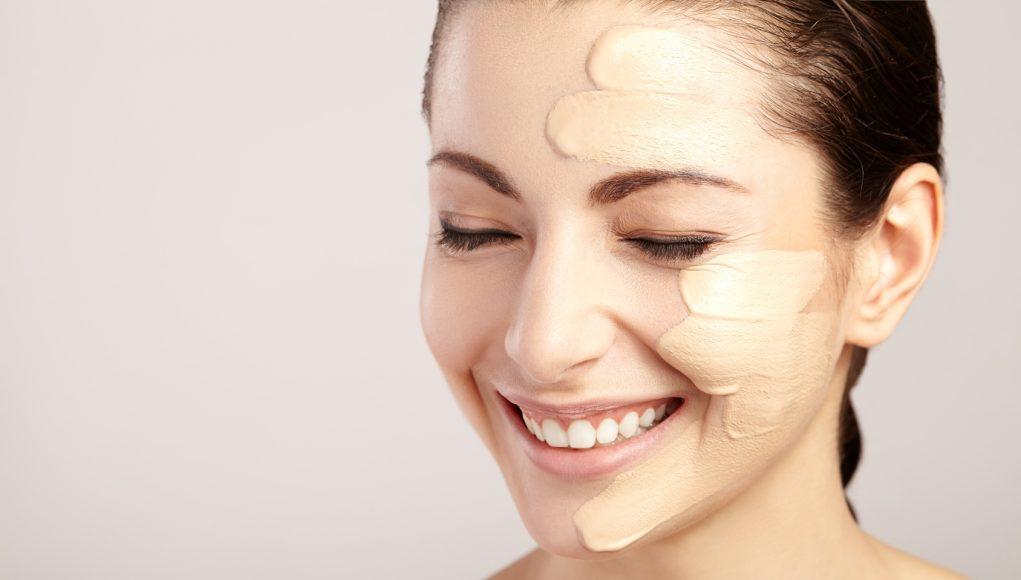 kobieta dobierająca podkład do twarzy
