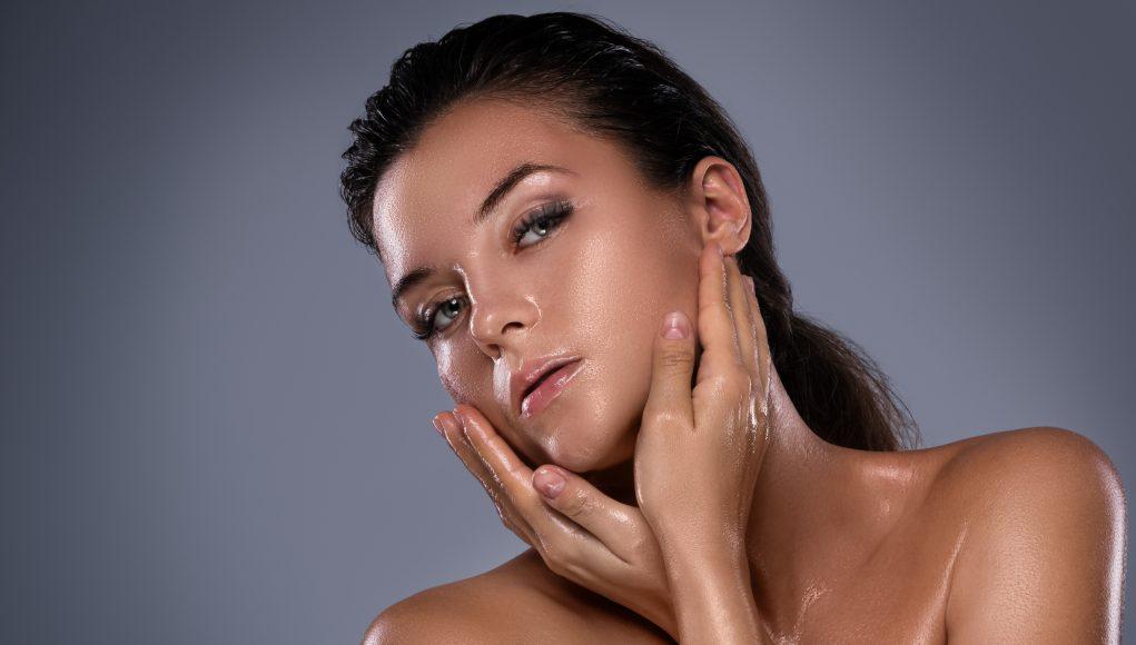kobieta z naolejowaną skórą