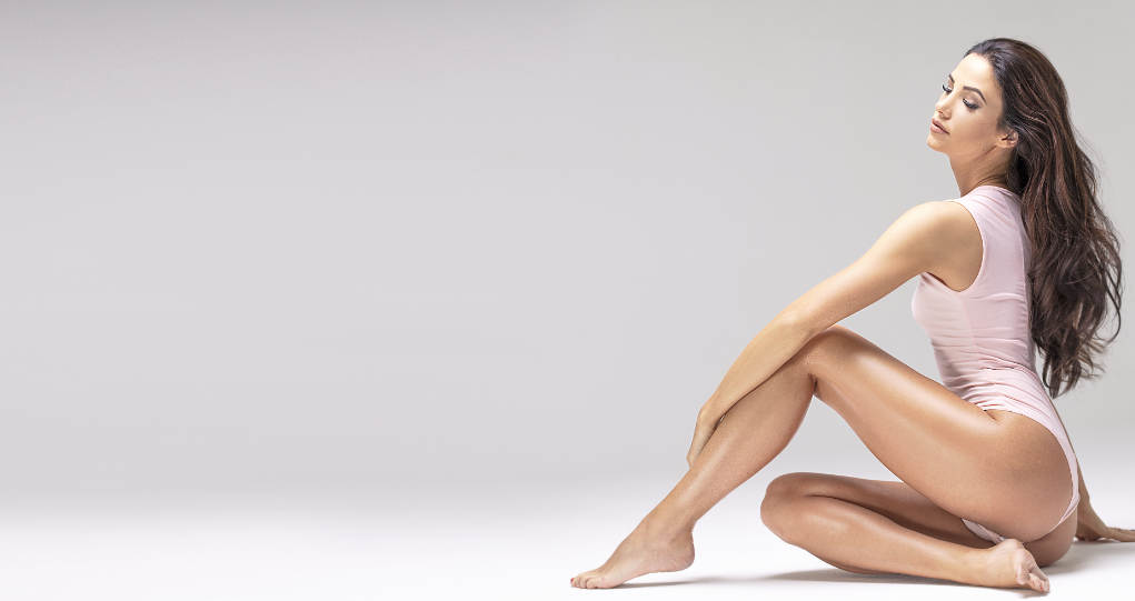 piękna kobieta w body z gładką skórą