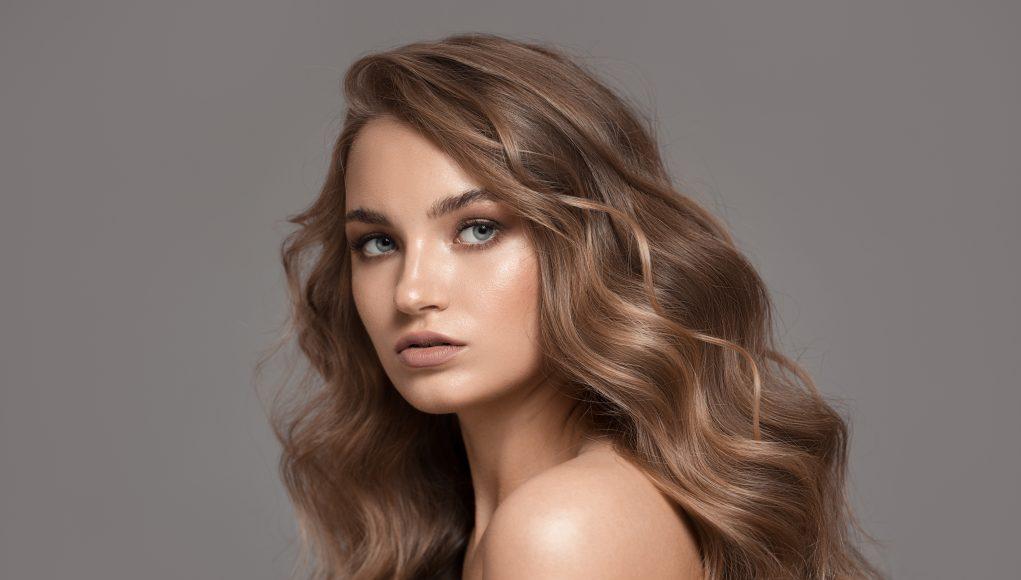 piękna kobieta włosomaniaczka
