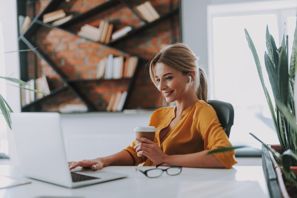 kobieta w koszuli w biurze