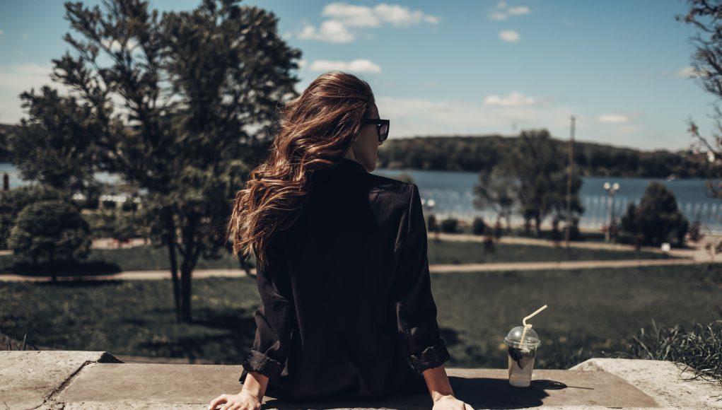 kobieta w kurtce przejściowej
