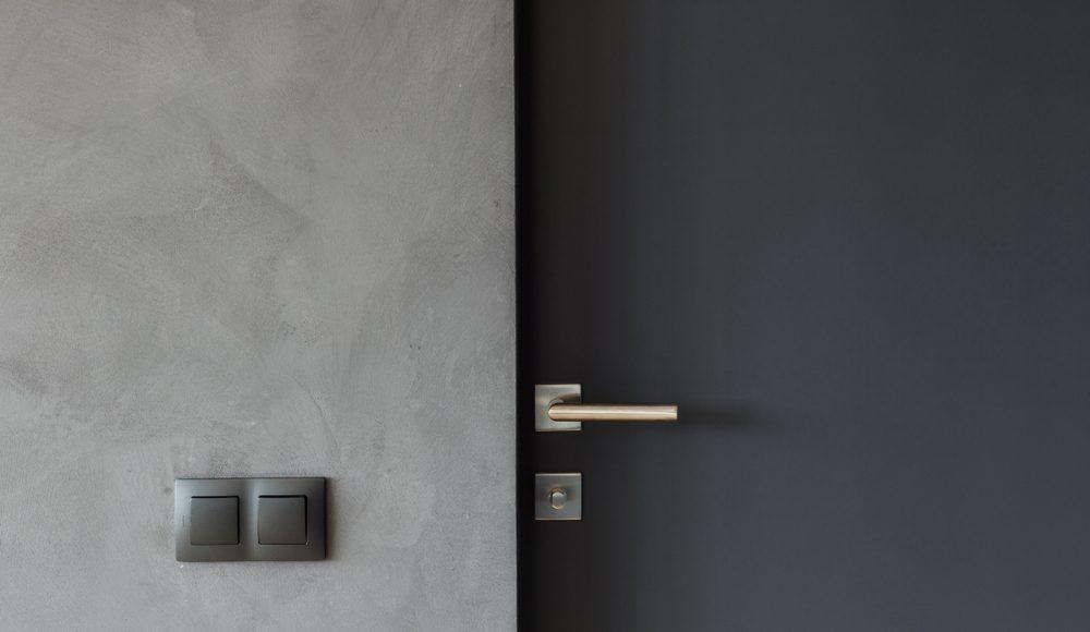 kontrastowe ciemne drzwi wejściowe