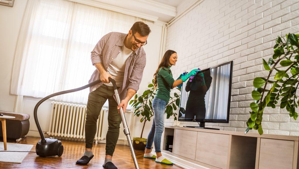 para sprzątająca dom