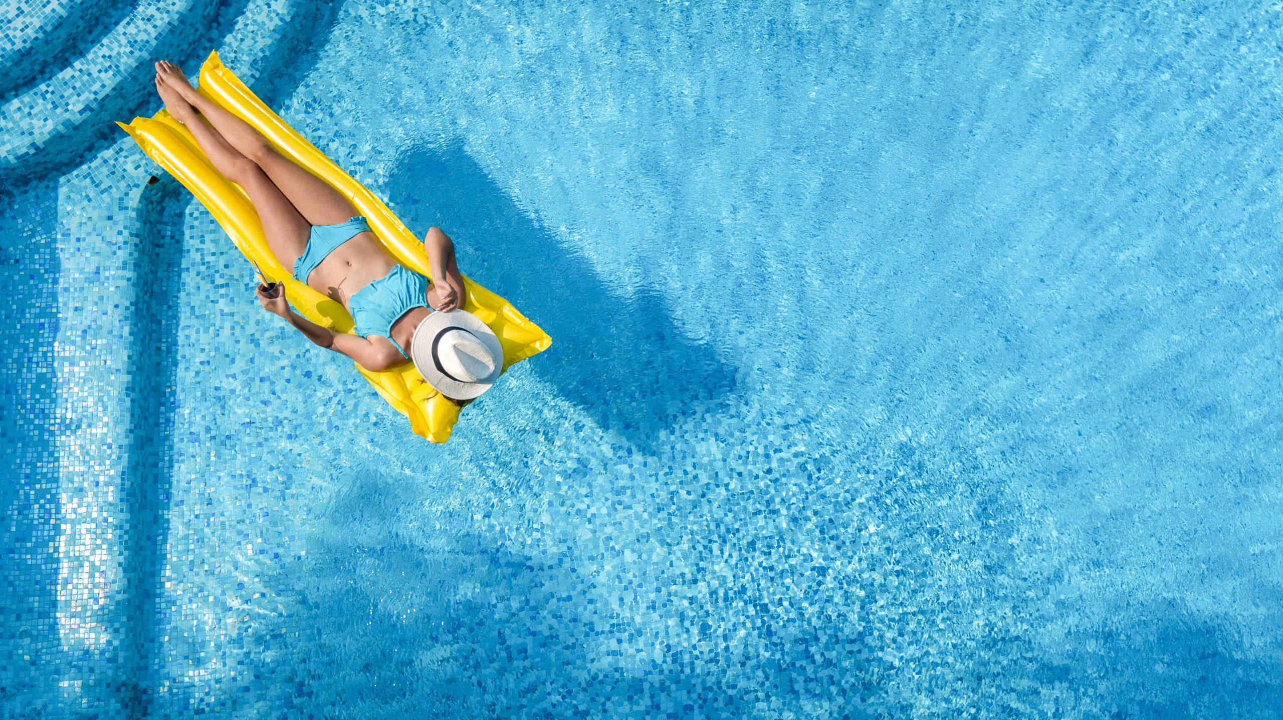 kobieta wypoczywająca w basenie