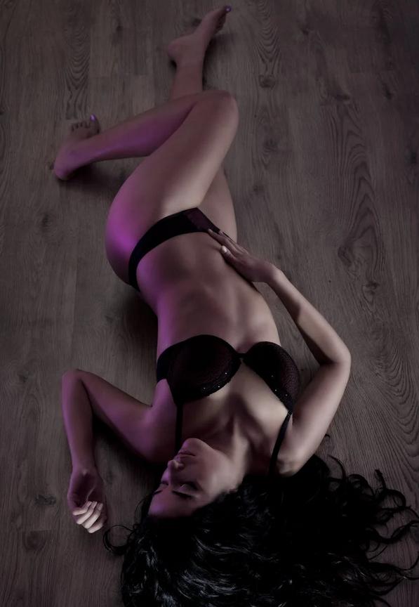 bielizna nocna kobieta na podłodze