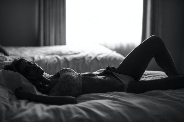 bielizna nocna kobieta w łóżku