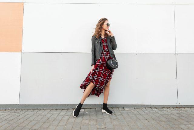 kobieta stylizacja casual ze sneakersami
