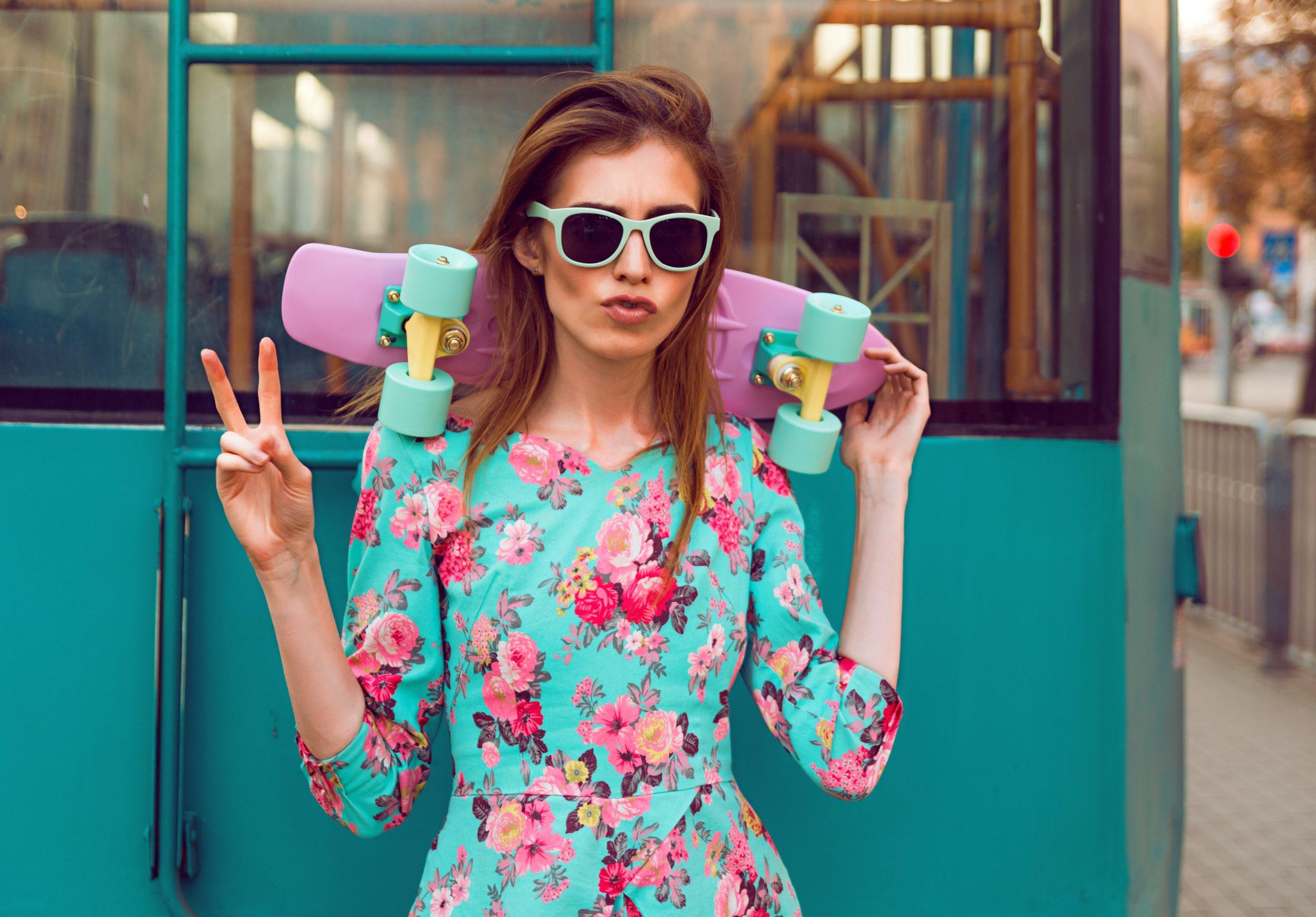 kobieta w kolorowej kwiatowej sukience