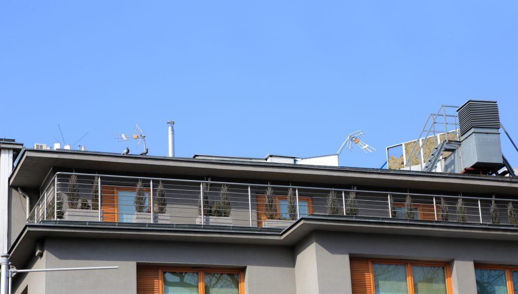 Nowoczesne balkony z poręczą ze stali nierdzewnej na przedniej części domu